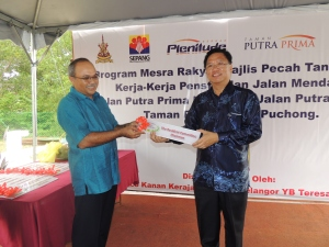 Chairman: Kong Kok Meng receiving honour plaque from YDP Sepang