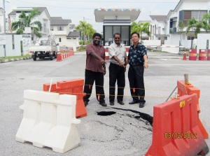 Councillor Santokh Singh, Councillor Pulanthran and RA Chairman Kong Kok Meng were inspecting the sinkhole right in front of PP8a main entrance