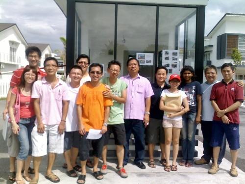 8A 居民协会总动员在 11/12/2011星期天早上沿户拜访197家屋主徵求签署85%以上的篱墙保卫同意书