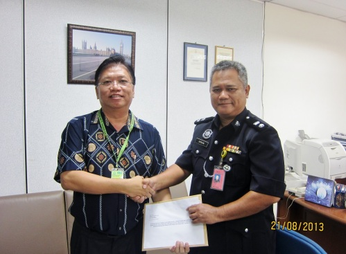 Mr Kong handed over petition to Sepang OCPD Supt Imran Abd Rahman
